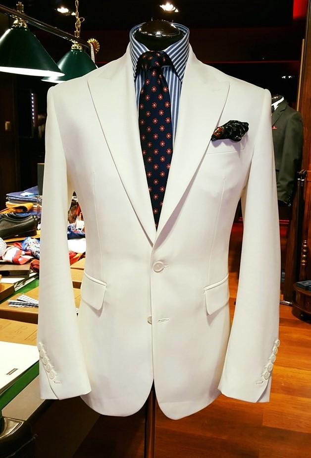 Biały garnitur z jedwabiem